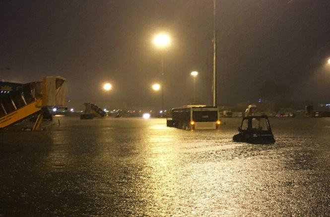 Sân bay Tân Sân Nhất bị ngập trong trận mưa ngày 26/8. Ảnh: Tuổi trẻ