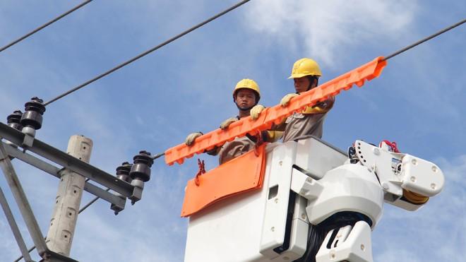Bọc đường dây, thiết bị bằng lớp cách điện là công đoạn tiên quyết cho cả quá trình khắc phục sự cố mà không cần cắt điện. Ảnh: Thanh Trần
