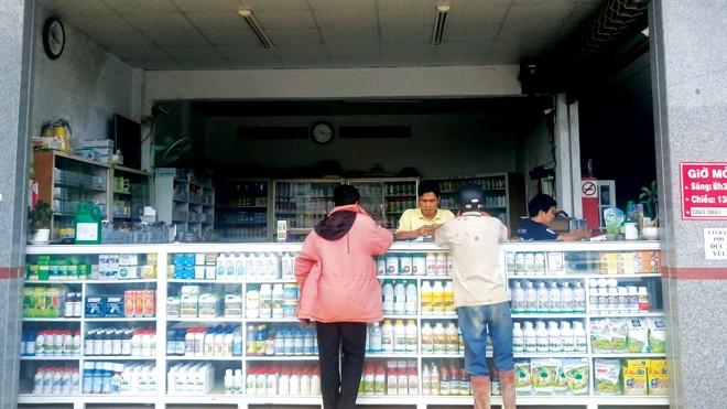 Người mua tham khảo ý kiến của đại lý để chọn sản phẩm chất lượng.