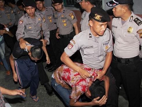 Các thủ phạm trong một vụ cưỡng hiếp bị dẫn giải. Ảnh: AFP.
