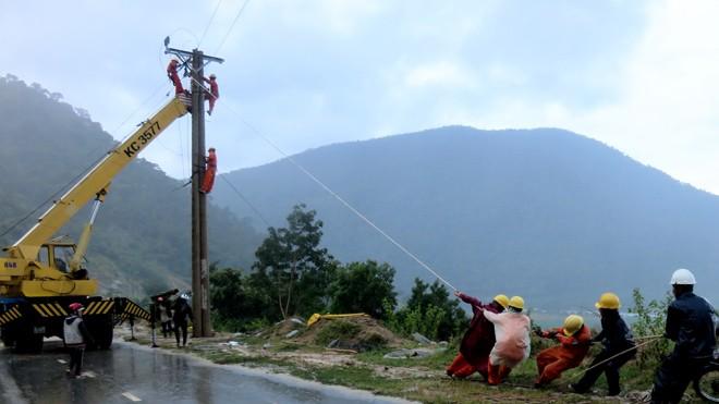 Ngày 10/10, Công ty Điện lực Ninh Thuận khắc phục sự cố ngã đổ đường dây 22 kV, thuộc địa phận xã Phước Bình, huyện miền núi Bác Ái.
