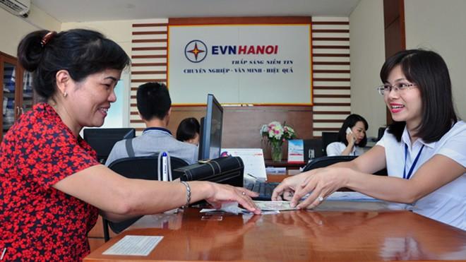 Từ 1/9/2016, khách hàng của EVN có thể đóng tiền điện tại bất cứ điểm giao dịch nào của ngành điện cũng như thực hiện thanh toán tự động qua ngân hàng. Ảnh: Hoa Việt Cường