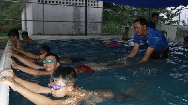 Trẻ vùng khó được học bơi