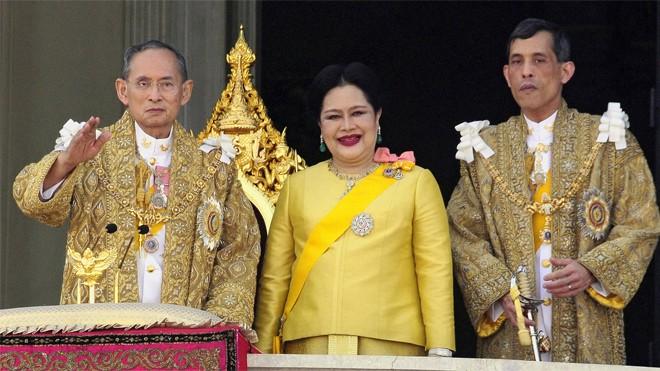 Nhà vua Thái Lan Bhumibol Adulyadej, Hoàng hậu Sirikit và Hoàng Thái tử Maha Vajiralongkorn. Ảnh: Pornchai Kittiwongsakul