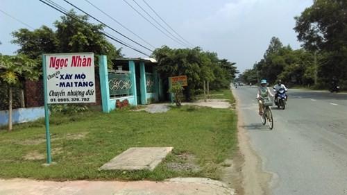 Biển quảng cáo sang nhượng đất dọc QL14B đoạn qua thôn Phú Sơn Nam