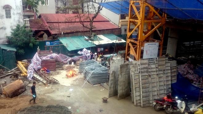 Ngổn ngang vật liệu trong công trình xây dựng tiềm ẩn nguy cơ tai nạn lao động. Ảnh: Thanh Hà