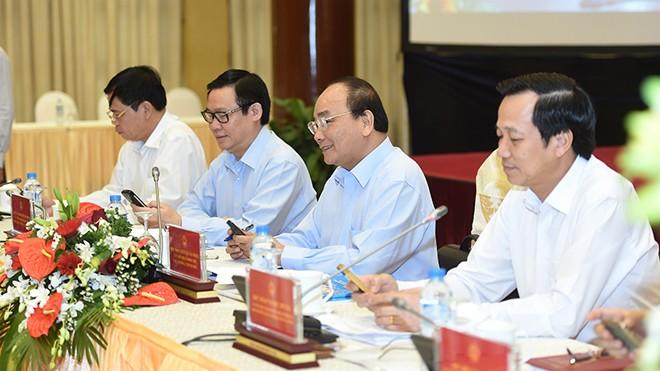 Thủ tướng Nguyễn Xuân Phúc, Phó Thủ tướng Vương Đình Huệ cùng các đại biểu nhắn tin ủng hộ người nghèo. Ảnh: Trường Phong