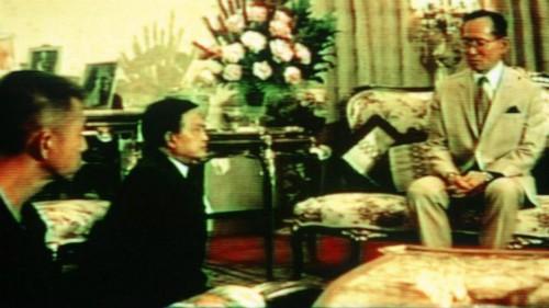 Tướng Suchinda Kraprayoon (giữa) và tướng Chamlong Srimuang quỳ trước Quốc vương Bhumibol. Ảnh: AFP