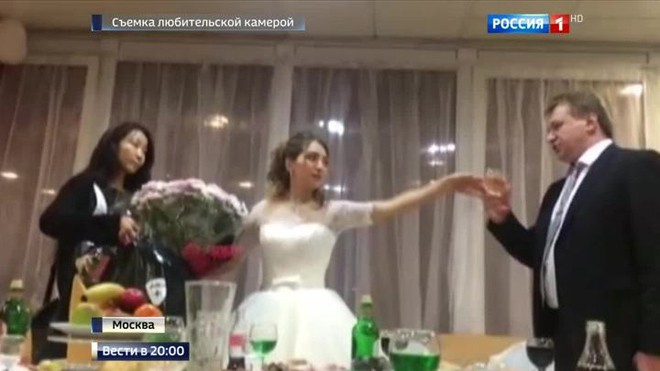 Qua đêm tân hôn trong đồn cảnh sát vì keo kiệt