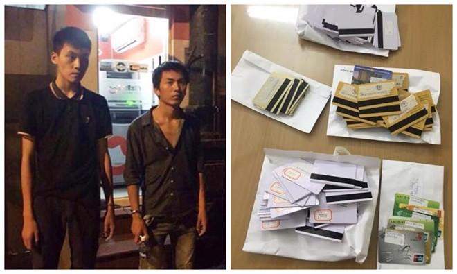 Hai đối tượng người Trung Quốc dùng thẻ ngân hàng giả để rút tiền bị Công an Hà Nội bắt quả tang.
