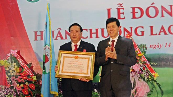 Chủ tịch Mocchaumilk Trần Công Chiến (bên trái) nhận Huân chương Lao động hạng Nhì của Chủ tịch nước.