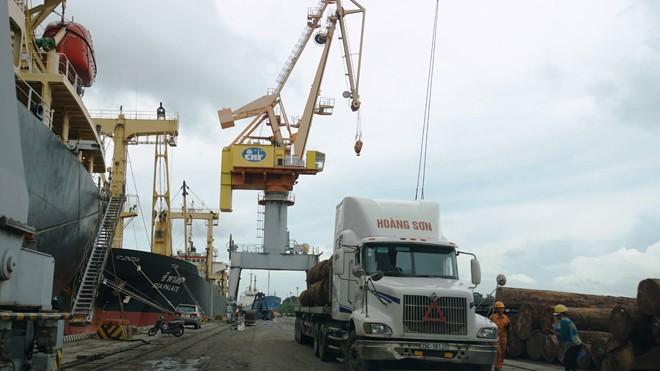 Quy hoạch lượng hàng hóa thông qua hệ thống cảng biển không phù hợp. Trong ảnh, doanh nghiệp vận tải hàng hóa qua cảng Hải Phòng. Ảnh: Sỹ Lực