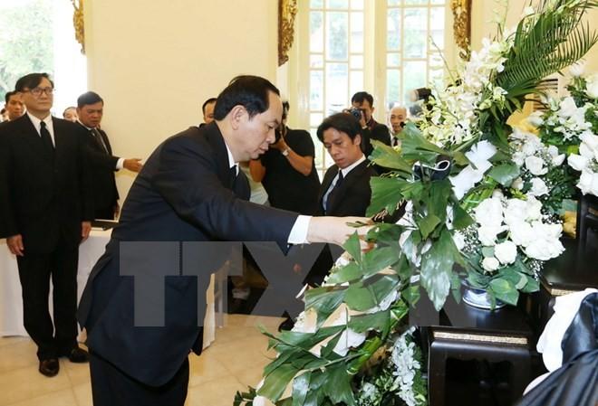 Chủ tịch nước Trần Đại Quang dẫn đầu Đoàn đại biểu Nhà nước, Quốc hội, Chính phủ đến đặt vòng hoa và ký sổ tang viếng Nhà vua Thái Lan Bhumibol Adulyadej. Ảnh TTXVN