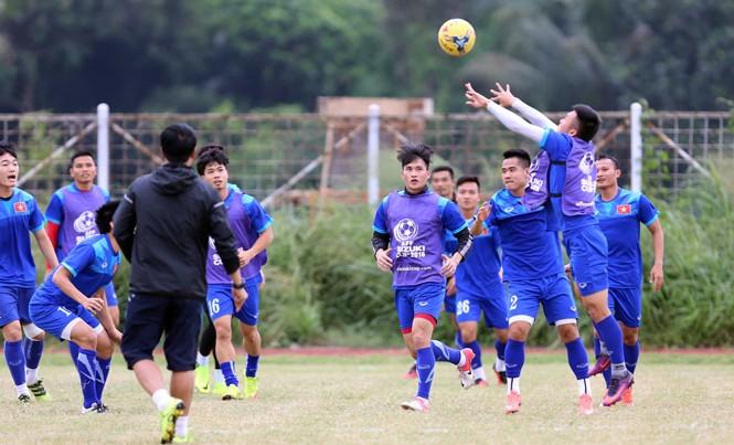 Các tuyển thủ Việt Nam chơi bóng chuyền trong buổi tập chiều 1/12 tại Bogor, Indonesia. Ảnh: VSI