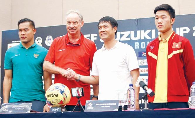 HLV Riedl và HLV Nguyễn Hữu Thắng cùng đại diện cầu thủ hai đội tại cuộc họp báo trước trận đấu tối nay. Ảnh: VSI