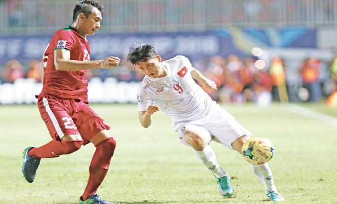 Dù chơi nỗ lực, Công Vinh không thể xuyên thủng hàng thủ Indonesia ở trận lượt đi. Ảnh: VSI