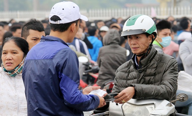 Người hâm mộ tìm kiếm vé xem trận bán kết lượt về giữa ĐTVN và Indonesia từ thị trường chợ đen. Ảnh: VSI