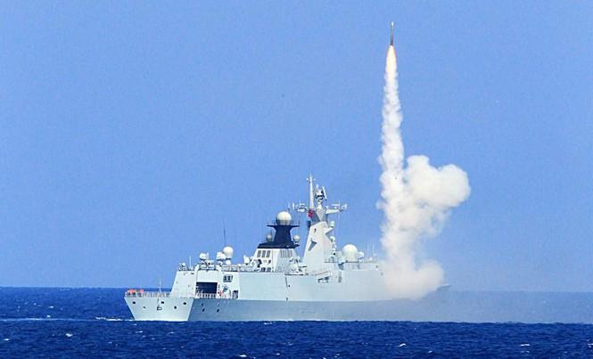 Hải quân Trung Quốc tập trận bắn đạn thật trên biển Đông. Ảnh: China Daily