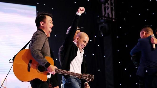 Đức Trí tỏ ra phấn khích đón nhóm thí sinh MTV và Nguyễn Dân vào đội của mình. Ảnh: Windy