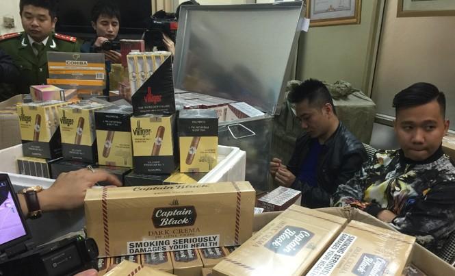 Đối tượng và tang vật một vụ buôn lậu thuốc lá ngoại số lượng lớn bị Công an Hà Nội bắt giữ.