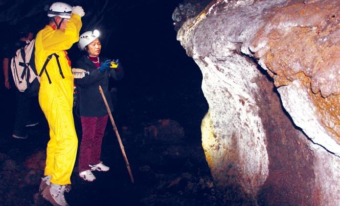 Bà Tuất cùng ông Hiroshi Tachihara xem xét mảng vách hang cấu tạo lạ