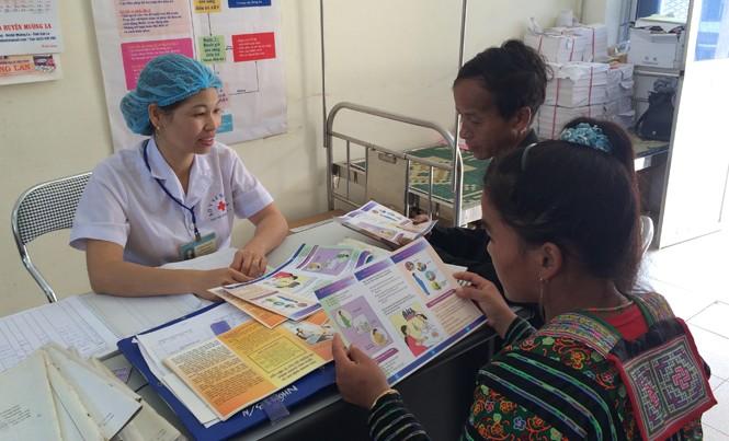 Bác sĩ tuyến huyện ở Điện Biên tư vấn sức khỏe cho bệnh nhân. Ảnh: Thái Hà