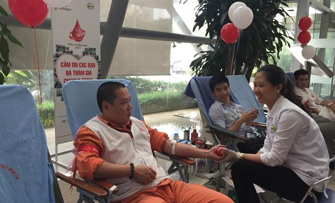 Các cán bộ EVN tham gia hiến máu nhân đạo trong Tuần lễ hồng EVN lần thứ II