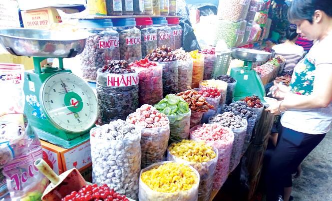 Bánh mứt không nhãn mác, phơi trần giữa chợ  Bình Tây, quận 5, TPHCM. Ảnh: Uyên Phương