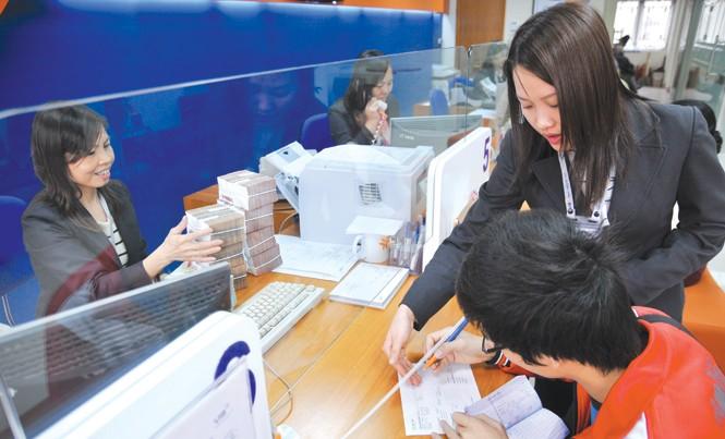 Khách hàng giao dịch tại ngân hàng VIB. Ảnh: Hồng Vĩnh
