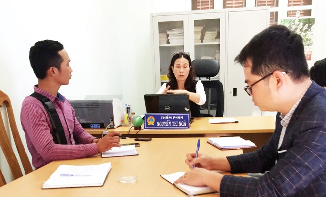 Thẩm phán Ngà làm việc với nhóm phóng viên.