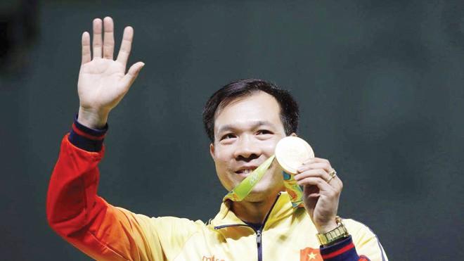 Xạ thủ Hoàng Xuân Vinh với tấm HCV Olympic lịch sử