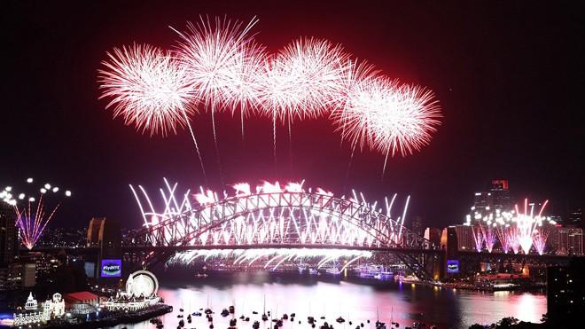 Úc chào năm mới 2017 với 7 tấn pháo hoa bắn lên từ cầu Cảng ở thành phố Sydney. Ảnh: Getty Images