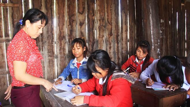 Cô giáo Nguyễn Thị Nghìn dạy chữ cho học sinh