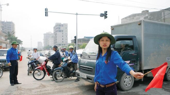 Thanh niên tình nguyện quận Hoàng Mai, Hà Nội tham gia hướng dẫn giao thông. Ảnh: Hồng Vĩnh