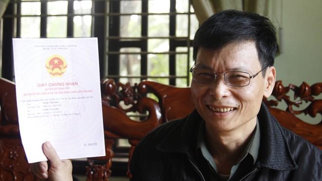 Ông Trịnh Văn Bình sung sướng với sổ hồng nhà mình sau hành trình khổ ải 19 năm. Ảnh: HT