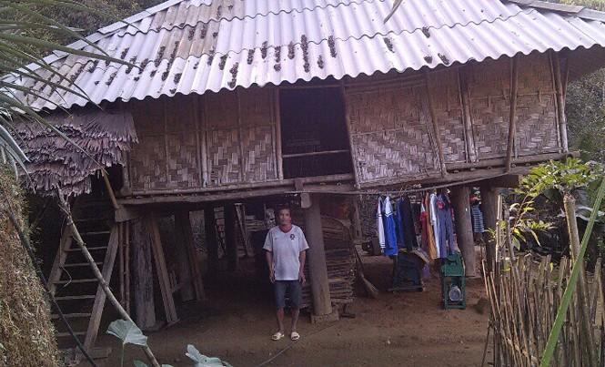 Ông Hà Văn Đức bên ngôi nhà tạm của gia đình mình.