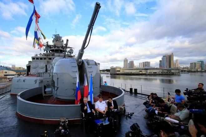 Đại sứ Nga tại Philippines tổ chức họp báo trên tàu Admiral Tributs để nói về việc thúc đẩy quan hệ song phương. Ảnh: Global News