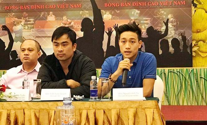 Nhà vô địch Đông Nam Á Nguyễn Anh Tú (phải) và tuyển thủ kỳ cựu Trần Tuấn Quỳnh tại cuộc họp báo trước giải bóng bàn đỉnh cao Việt Nam lần 1. Ảnh: T.Đ