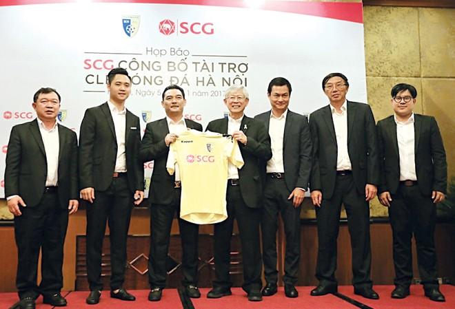 Lãnh đạo CLB Hà Nội và tập đoàn SCG tại Việt Nam giới thiệu mẫu áo thi đấu mới của CLB trong mùa giải 2017. Ảnh: VSI