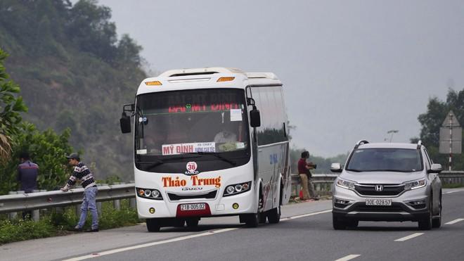 Xe khách dừng đỗ trái quy định trên cao tốc. Ảnh: Nguyễn Hoàn