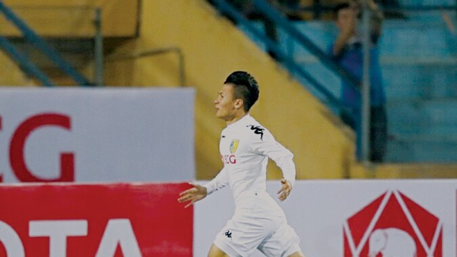 Quang Hải ăn mừng bàn thắng ghi vào lưới Than Quảng Ninh trong ngày khai mạc V-League. Ảnh: VSI