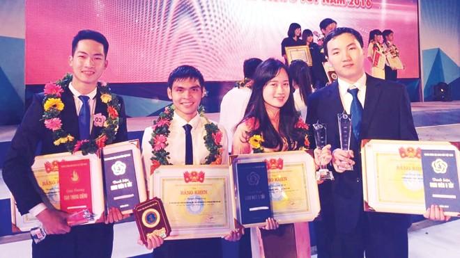 """Phước Long (ngoài cùng bên phải) tại đêm vinh danh """"Sinh viên 5 tốt"""" tại TP Hồ Chí Minh vừa qua."""