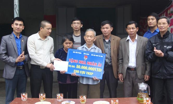 Trao số tiền 50 triệu đồng cho cựu TNXP Trịnh Văn Hà