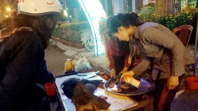 Quầy bán thịt heo rừng trên lề đường Phạm Văn Đồng, TP Quảng Ngãi (Ảnh chụp lúc chiều tối ngày 29 Tết Đinh Dậu)