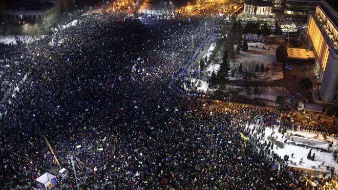Tại trung tâm Bucharest, đám đông biểu tình phản đối nghị định hợp pháp hóa một số tội danh tham nhũng. Ảnh: CNN
