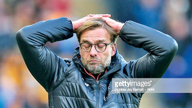 HLV Klopp bực tức trước lối chơi đáng thất vọng của các học trò. Ảnh: Getty Images