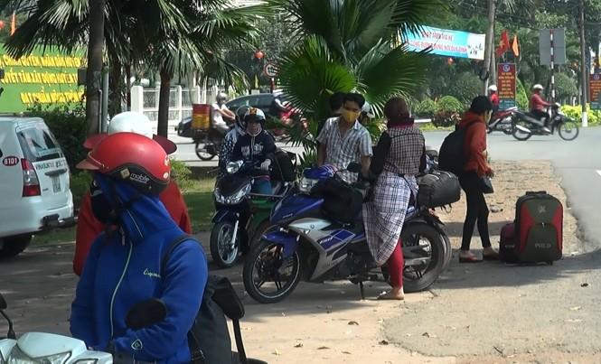 Sau Tết, giới trẻ rủ nhau chạy xe máy vào Sài Gòn.