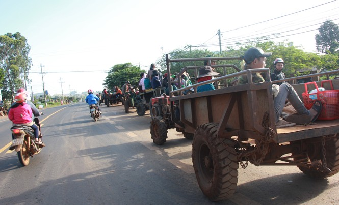 Đoàn xe công nông chạy trên Quốc lộ ở Đắk Lắk