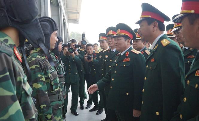 Đại tướng Ngô Xuân Lịch trò chuyện với cán bộ, chiến sỹ kíp trực xe thiết giáp BMP1 của Trung đoàn 102. Ảnh: Nguyễn Minh
