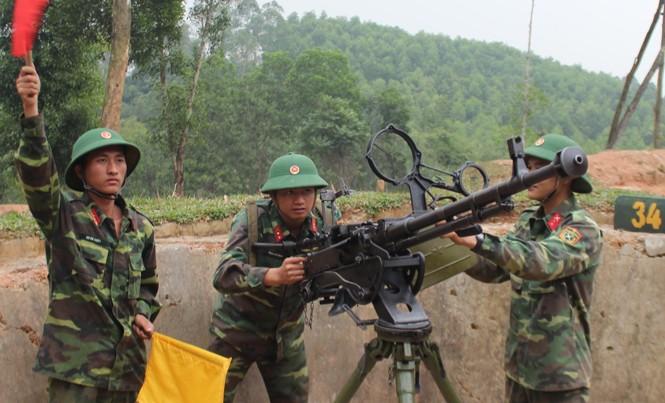 Trung sỹ Vừ Bá Chùa (ngoài cùng bên trái) đang chỉ huy khẩu đội luyện tập. Ảnh: Tường Hiếu